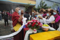 Friends and family members participate in the funeral of veteran Nepalese Sherpa guide Ang Rita in Kathmandu, Nepal, on Sept. 23, 2020. (AP Photo/Niranjan Shrestha)