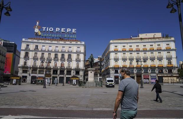 マドリードのプエルタ・デル・ソル広場。緊急事態宣言下は人もまばらだった(Bloomberg)