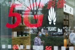 5G対応のスマートフォンは急速に普及している(Bloomberg)