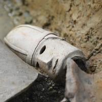 発見された男子像とみられる人物埴輪=大阪府羽曳野市と藤井寺市にまたがる陵東遺跡で2020年9月24日午前10時16分、久保玲撮影