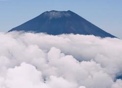 山頂付近が雪化粧した富士山=山梨県山中湖村上空で2020年9月21日午前10時28分、本社ヘリから手塚耕一郎撮影