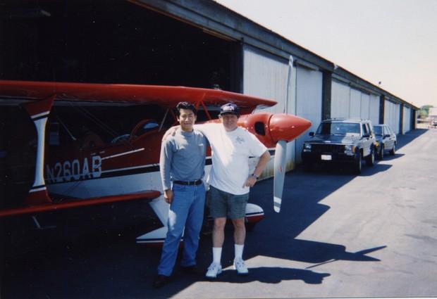 米国修業時代の恩師だったランディ・ガニエさんとのツーショット。「おまえは将来、世界一になれる」と励まされた。97年、米カリフォルニア州で。同年、ガニエさんは練習中に墜落死する パスファインダー社提供