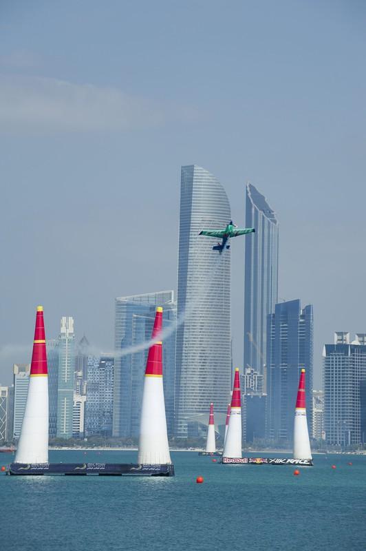 急上昇する室屋さん操縦の機体。2018年レッドブル・エアレースUAE(アラブ首長国連邦)アブダビ大会で パスファインダー社提供