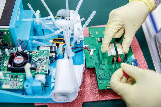 人工呼吸器には多くの半導体が搭載されている (Bloomberg)