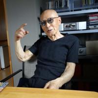 昨年7月、長野県の大町市の自宅で執筆について語る作家の丸山健二さん=2019年7月8日、藤原章生撮影