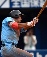 【ENEOS(横浜市)-三菱パワー(横浜市)】延長十二回表ENEOS2死一、三塁、小豆沢が2点適時二塁打を放つ=横浜スタジアムで2020年9月16日、西夏生撮影