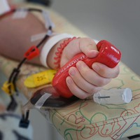 「握り棒」を握ると血流が良くなる。一握り一握り、献血者の思いが送り出される=大阪市北区で2020年8月31日、北村隆夫撮影