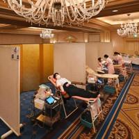 豪華なシャンデリアがつるされた宴会場で献血をする人たち=大阪市北区のザ・リッツ・カールトン大阪で2020年8月25日、北村隆夫撮影