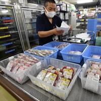 医療機関に発送される輸血用血液製剤の「赤血球製剤」。府内には3カ所の供給拠点があり、24時間体制をとっている=大阪市城東区の大阪府赤十字血液センターで2020年9月14日、北村隆夫撮影(画像の一部を加工しています)