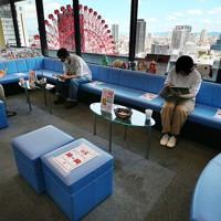 献血ルームで距離を保ち、献血を待つ人たち=大阪市北区の阪急グランドビル25献血ルームで2020年8月31日、北村隆夫撮影