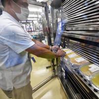冷蔵保管される輸血用血液製剤の「血小板製剤」。有効期間は採血後4日間しかない=大阪市城東区の大阪府赤十字血液センターで2020年9月14日、北村隆夫撮影(画像の一部を加工しています)