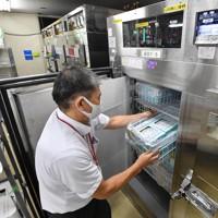 冷凍保管される輸血用血液製剤の「血漿(けっしょう)製剤」=大阪市城東区の大阪府赤十字血液センターで2020年9月14日、北村隆夫撮影(一部画像を加工しています)
