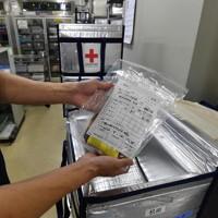 医療機関に発送される輸血用血液製剤の「赤血球製剤」。大阪府内には供給拠点が3カ所あり、24時間体制をとっている=大阪市城東区の大阪府赤十字血液センターで2020年9月14日、北村隆夫撮影(画像の一部を加工しています)