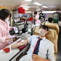 献血バスの天井には輸血を受けた人の感謝のメッセージが張られていた=大阪市鶴見区のライフ安田諸口店の駐車場で2020年9月7日、北村隆夫撮影