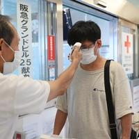 献血ルームの入り口で検温する献血者=大阪市北区で2020年8月31日、北村隆夫撮影
