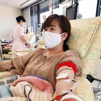 「幼少期に友人が心臓の手術をしたのをきっかけに、献血に興味を持った。ウェブ会員なので日赤からメールが来て、コロナ禍で献血が足りないと知った。自分に何ができるか考え献血を始め、3カ月に一度は定期的に献血するようにしている。輸血する人たちが少しでも元気になってもらえたら」と大阪府箕面市の会社員・野原由依子さん(25)は話す=大阪市北区で2020年8月31日、北村隆夫撮影