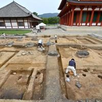 興福寺境内の発掘調査で見つかった鐘楼の遺構。右奥は中金堂=奈良市で2020年9月24日、山田尚弘撮影