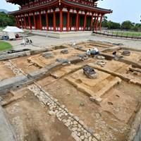 興福寺境内の発掘調査で見つかった鐘楼の遺構。奥は中金堂=奈良市で2020年9月24日、山田尚弘撮影