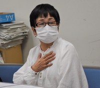 Harumi Suzuki holds a press conference after filing a lawsuit with the Sendai District Court on Sept. 24, 2020 (Mainichi/Mie Omokawa)