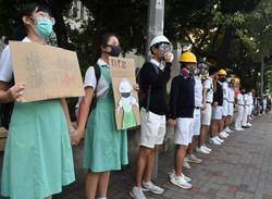 校舎の周囲で抗議活動を展開する高校生ら。2019年の抗議デモは若者が大きな役割を果たした=香港で2019年9月9日、福岡静哉撮影