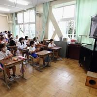 校庭で行われる他学年のプログラムを教室のテレビ中継で観戦する児童たち=相模原市中央区の市立田名北小で2020年9月27日午前10時7分、滝川大貴撮影