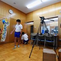 放送室から各教室へテレビ中継された開会式でスローガンを発表する児童たち=神奈川県相模原市の市立田名北小で2020年9月27日午前8時32分、滝川大貴撮影