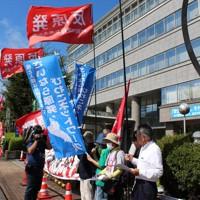 「老朽原発動かすな」などと訴える関西の反原発グループ=福井県美浜町で、大島秀利撮影