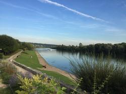 穏やかな時が流れるセーヌ川=筆者撮影