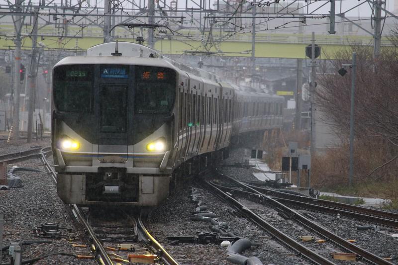 関西で独自の進化を遂げた「新快速」(JR西日本225系)=筆者提供