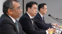決算記者会見に臨む日産自動車の内田誠社長兼CEO(中央)=同社ホームページから