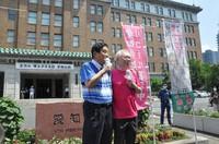Nagoya Mayor Takashi Kawamura, left, and Takasu Clinic head Katsuya Takasu are seen calling for the collection of signatures in front of the Aichi Prefectural Government headquarters in the city of Nagoya in August. (Mainichi/Masakatsu Oka)