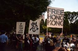 日本の国会前で20年8月にあったデモ。「香港に自由を」と書いたプラカードを手に、香港市民の救済を求めた=2020年8月12日、古川宗撮影