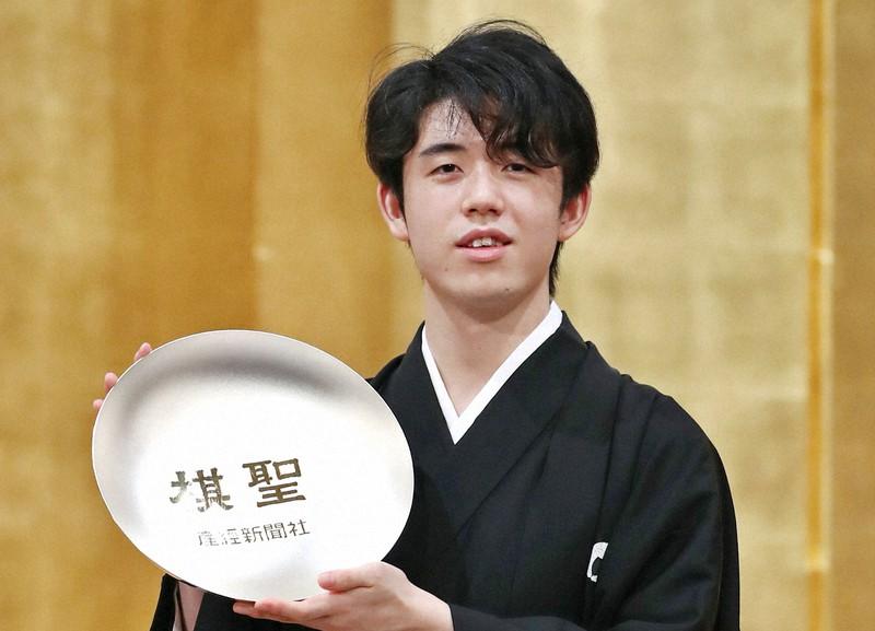 第91期ヒューリック杯棋聖戦 藤井聡太棋聖就位式 賞杯を手にする藤井棋聖