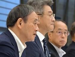 官邸官僚は、和泉洋人首相補佐官(右)ら「菅系」に一元化された(首相官邸で9月25日)