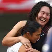 女子やり投げ、6回目の投てきを終え逆転優勝した佐藤友佳(手前)と抱き合う2位の北口榛花=新潟市のデンカビッグスワンスタジアムで2020年10月1日、久保玲撮影