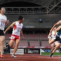 男子100メートル準決勝、1組1着でフィニッシュする桐生祥秀(左端)。右端は2着の小池祐貴=新潟市のデンカビッグスワンスタジアムで2020年10月1日、久保玲撮影