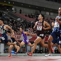 男子100メートル準決勝、2組1着でフィニッシュする多田修平(左端)。右手前は2着のケンブリッジ飛鳥=新潟市のデンカビッグスワンスタジアムで2020年10月1日、久保玲撮影
