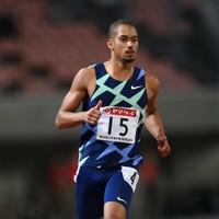男子100メートル準決勝、2組2着でフィニッシュするケンブリッジ飛鳥=新潟市のデンカビッグスワンスタジアムで2020年10月1日、久保玲撮影