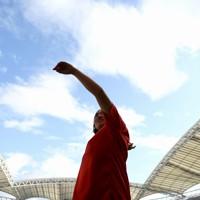 女子やり投げ、2回目の投てき後コーチと話す北口榛花=新潟市のデンカビッグスワンスタジアムで2020年10月1日、久保玲撮影