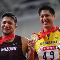 男子やり投げで優勝し、表彰式で笑顔を見せる新井涼平(右)。左は2位のディーン元気=新潟市のデンカビッグスワンスタジアムで2020年10月1日、久保玲撮影