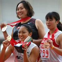 女子やり投げで優勝し、表彰式で笑顔を見せる佐藤友佳(手前)。左奥は2位の北口榛花=新潟市のデンカビッグスワンスタジアムで2020年10月1日、久保玲撮影