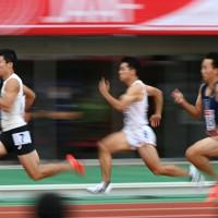 男子100メートル予選、4組1着の桐生祥秀(左)=新潟市のデンカビッグスワンスタジアムで2020年10月1日、久保玲撮影