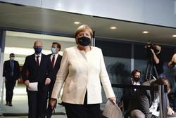 コロナ拡大を受けて再び規制強化策を打ち出したメルケル(中央)=ベルリンで2020年9月29日、AP