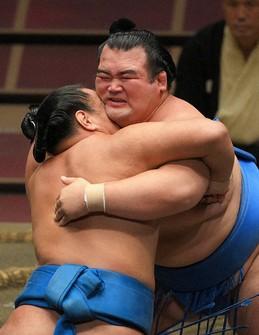 Kotoshogiku, right, grimaces as he grapples with Hoshoryu during the September Grand Sumo Tournament at the Ryogoku Kokugikan sumo venue on Sept. 20, 2020. (Mainichi/ Koichiro Tezuka)