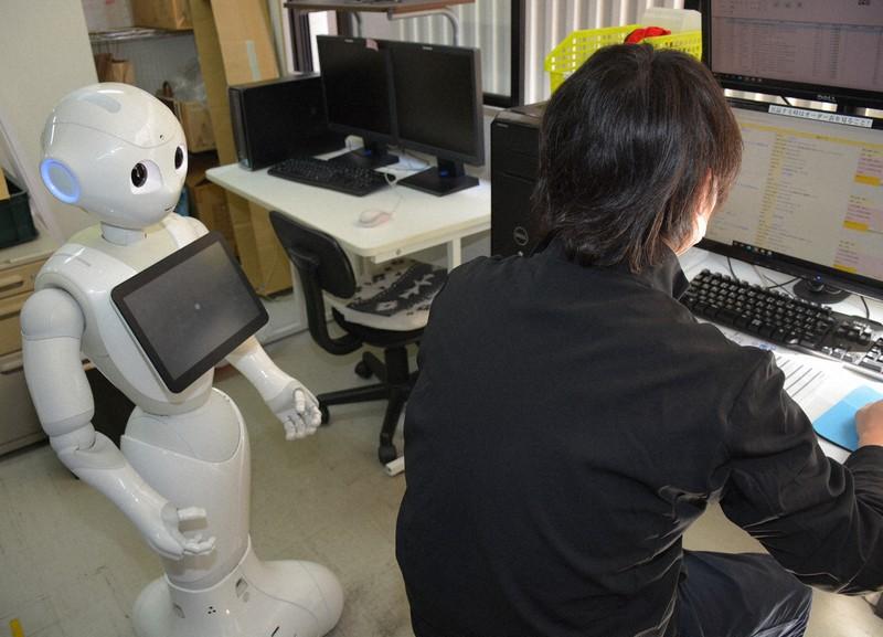 人型ロボット「ペッパー」をリモート操作し、職業訓練の指示を与える=奈良市大宮町3の就労継続B型事業所「3R・マテリアルセンター」で2020年4月25日午後1時19分、萱原健一撮影