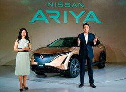 新型電気自動車(EV)アリアを発表する日産自動車の内田誠社長(右)(2020年7月、東京都内で)