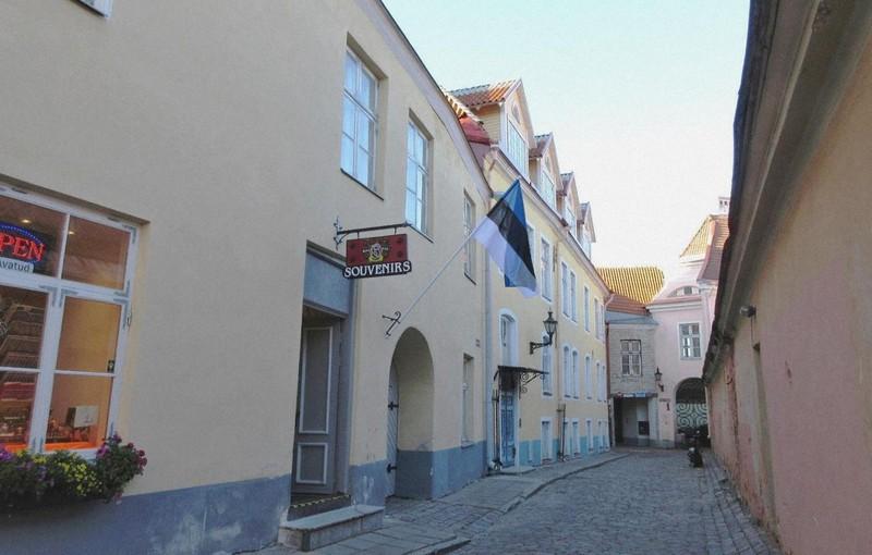 タリンの裏路地。エストニア国旗は珍しい寒色系のトリコロール(写真は筆者撮影)