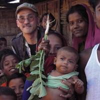 バングラデシュ南東部コックスバザール郊外のロヒンギャ難民キャンプで取材中の宇田有三さん=2009年12月22日(本人提供)