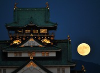The mid-autumn full moon, regarded by many in Japan as the most beautiful moon, shines over Osaka Castle in Osaka's Chuo Ward on Oct. 1, 2020. (Mainichi/Ryoichi Mochizuki)