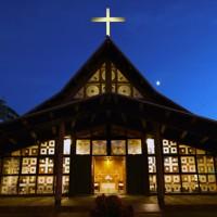 明かりがともる札幌聖ミカエル教会=札幌市東区で2020年9月24日、貝塚太一撮影